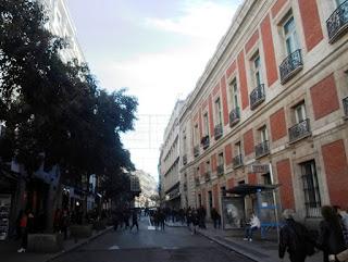Vista desde la puerta del Sol. A la derecha, un lateral de la Casa de Correos, hoy sede de la Comunidad de Madrid.