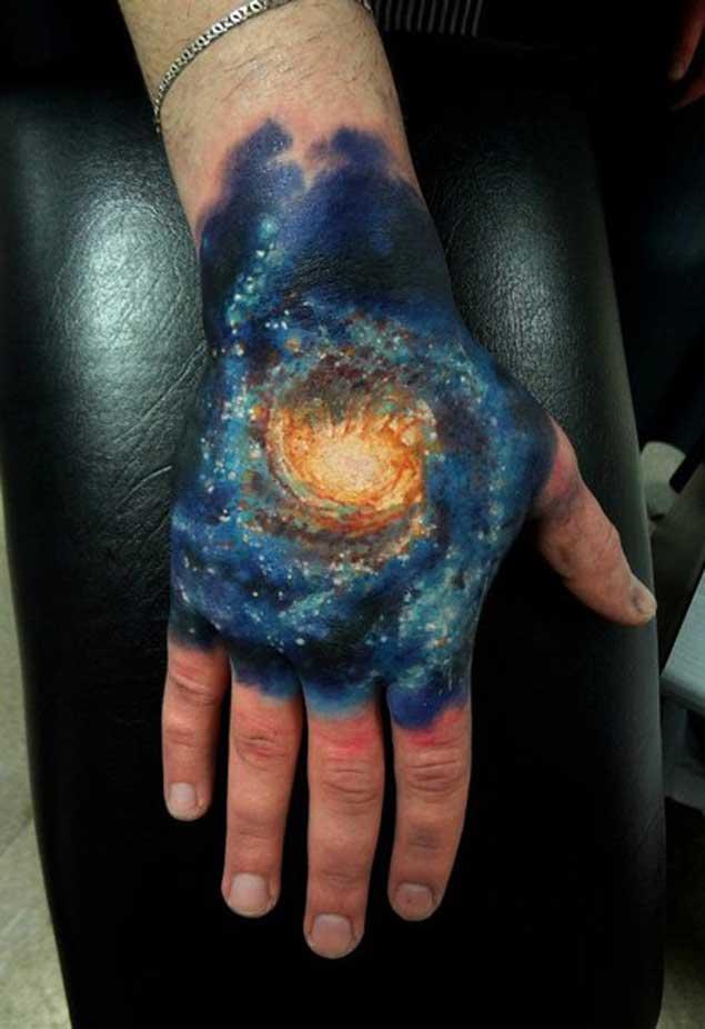 Espectacular tatuaje de Galaxia en la mano
