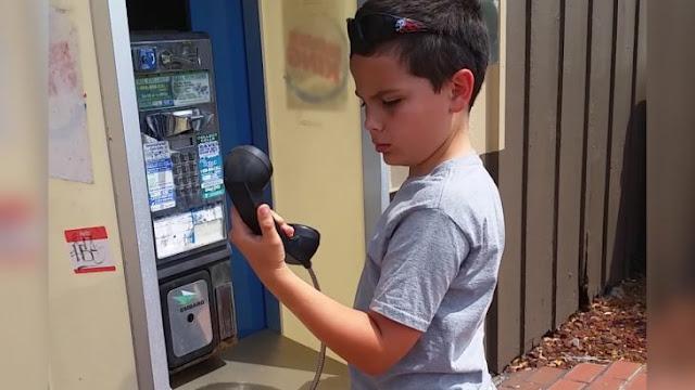 Niño se encuentra con teléfono de monedas, no sabe lo que es