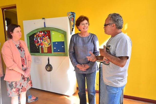 Prefeita Beti visita exposição de artista ecológico de  Colombo