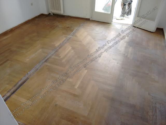 Το ξυλινο πατωμα μετα την αφαιρεση του πλαστικου δαπεδου και πριν τη συντηρηση