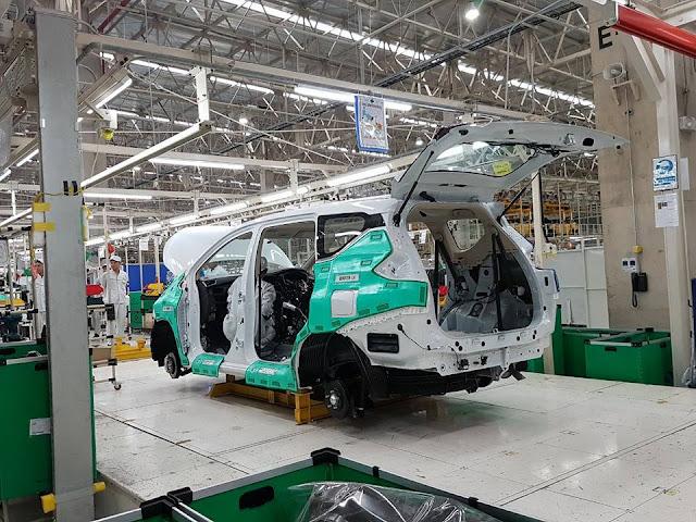 Pekerja pabrik Mitsubishi