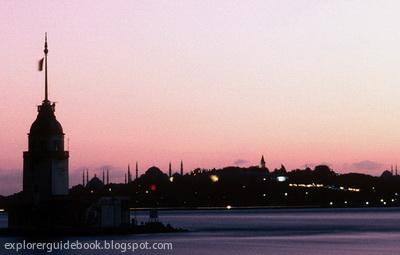 Maiden's Tower menara di tengah laut selat bosporus Istanbul Turki