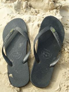Resultado de imagem para imagem de sandálias velhas