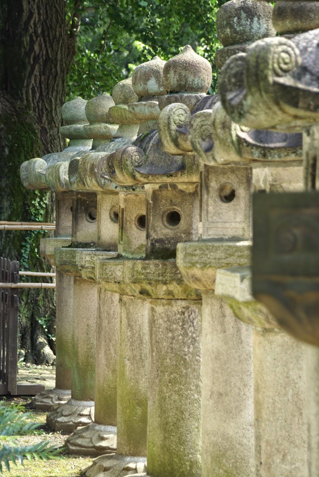 lanternes japonaises anciennes en pierre
