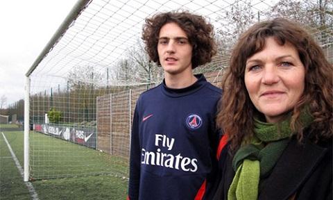 Bà Veronique là người có ảnh hướng đến những bước đi trên con đường sự nghiệp của Adrien.