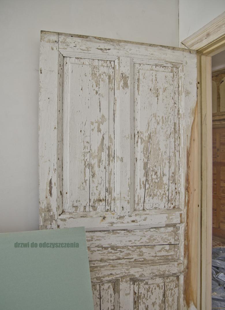 stare drzwi w trakcie renowacji