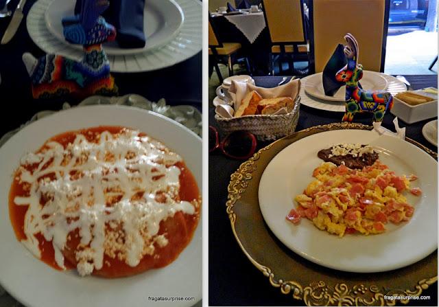 Pratos típicos do México: chilaquiles e ovos mexidos com pasta de feijão