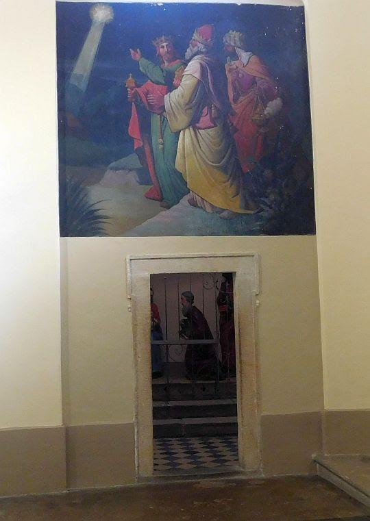 Wejście do kaplicy ze sceną Pokłonu Trzech Króli.