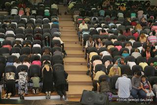 Resultado de imagem para uma igreja orando