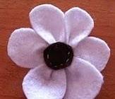 http://manualidadesreciclables.com/15896/flor-de-fieltro-paso-a-paso
