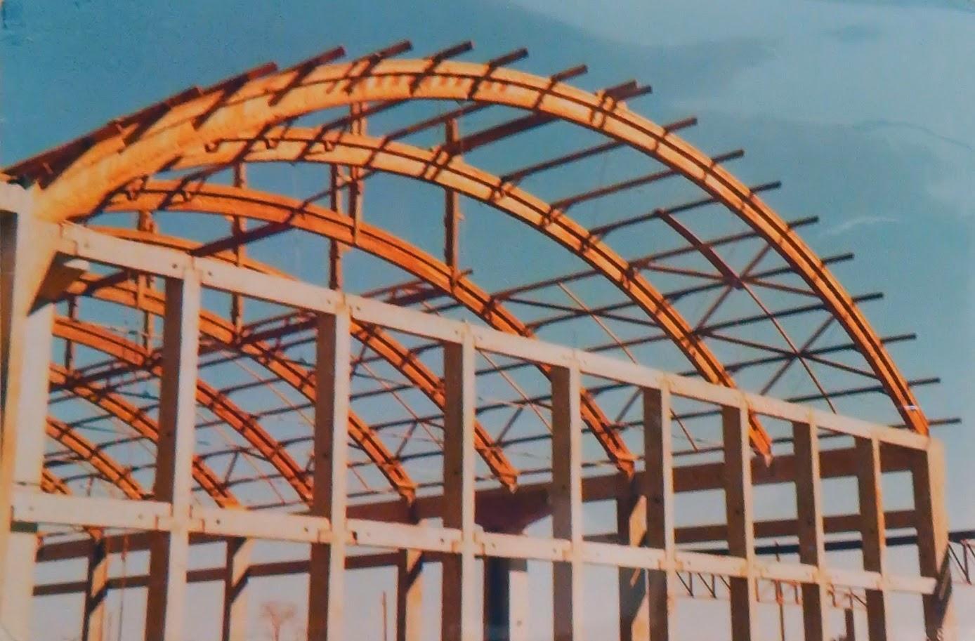 A grelha de concreto pré-moldado recebe os arcos de madeiras, em construção de 7.600 metros quadrados.
