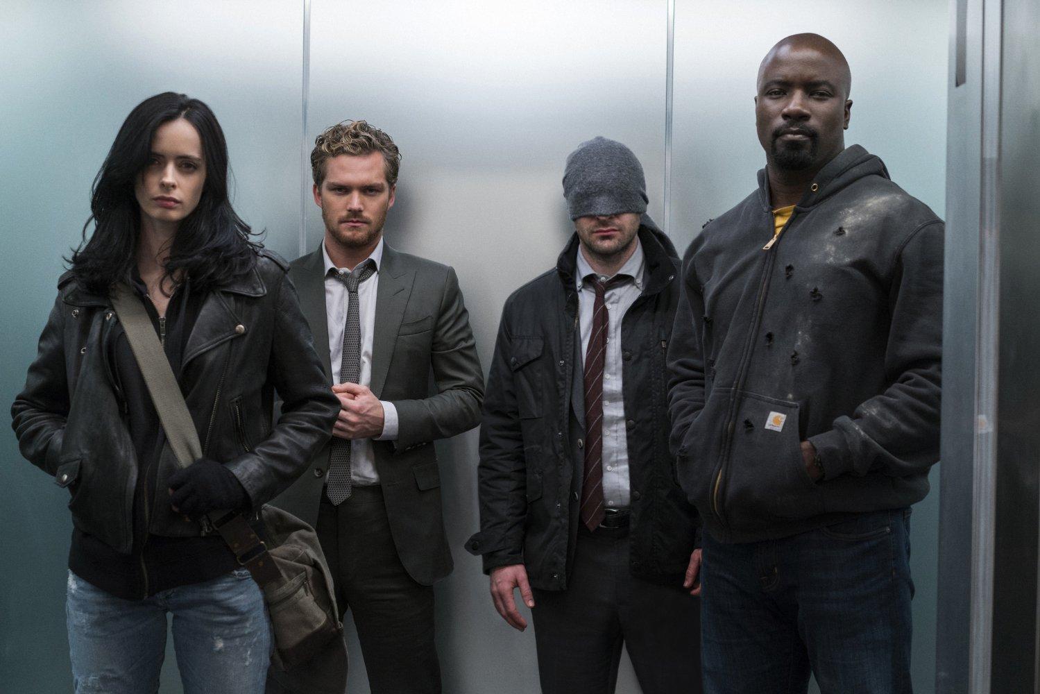 Charlie Cox, Krysten Ritter, Mike Colter y Finn Jones en un imagen promocional de la serie The Defenders de Netflix