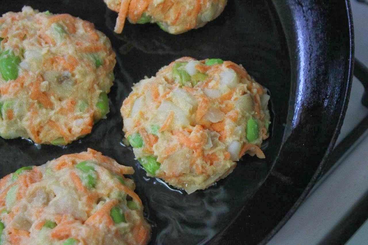 Green Gourmet Giraffe: Potato, edamame and carrot fritters