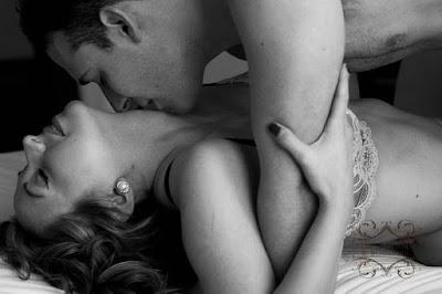 2- الرقبة :  شم الرقبة (دون تقبيل) لمدة 5 - 10 دقائق يكاد يثير جنون النساء. وهذه إحدى مهارات الإثارة وأسرارها والتي لا يفطن لها الكثير من الرجال. اخبر زوجتك أنك تريد فقط شم رائحتها في منطقة الرقبة. قل لها بأنك تستمتع بهذه الطريقة وأنك لا تريد منها مقاطعتك أثناء قيامك بذلك. قم بازالة شعرها بيديك عن كامل الرقبة لكشفها ثم ضع انفك و.. استمتع. يمكنك مسك يديها بكلتا يديك ووضعهما خلف ظهرها وإبقائهما هناك لزيادة قوّة التأثير. بعد ذلك يمكنك ملامسة الرقبة برفق بشفاهك ، تقبيلها بلطف من أسفل الأذن وحتى نهاية الكتف (يقوم بعض الرجال بتلطيخ منطقة الرقبة بلعابه ظنا منه أن ذلك يثير المرأة بسبب برودة اللعاب غير أن ذلك قد يثير الاشمئزاز لدى بعض النساء). الخطوة التالية هي مص وعض الرقبة برفق (انتبه : جسد المرأة شديد الحساسية ، لا تقم بتقمص شخصية دراكولا هنا.!!).