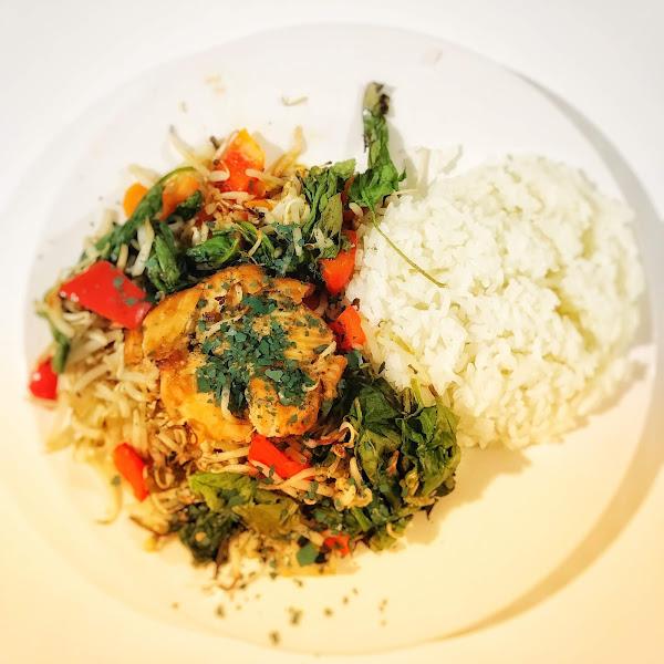 Rezept: Gebackener Miso-Lachs mit Spirulina-Topping und Gemüse