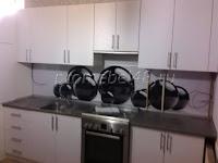 Белая кухня с фотопечатью