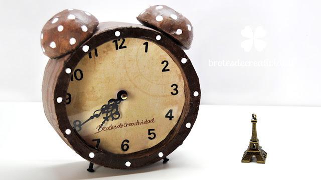 Reloj retro hecho con cart n manualidades - Hacer reloj de pared con fotos ...