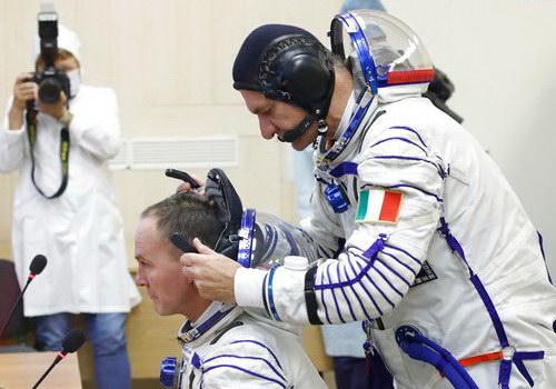 Tinuku.com Soyuz takes three crew to space station