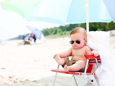 babysestting-on-the-chair-on-the-beach-wallpaperspics-images