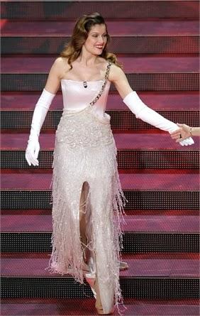 bc061a36194f abito molto elegante guanti lunghi bianchi e gonna con frange in lurex con  mega spacco