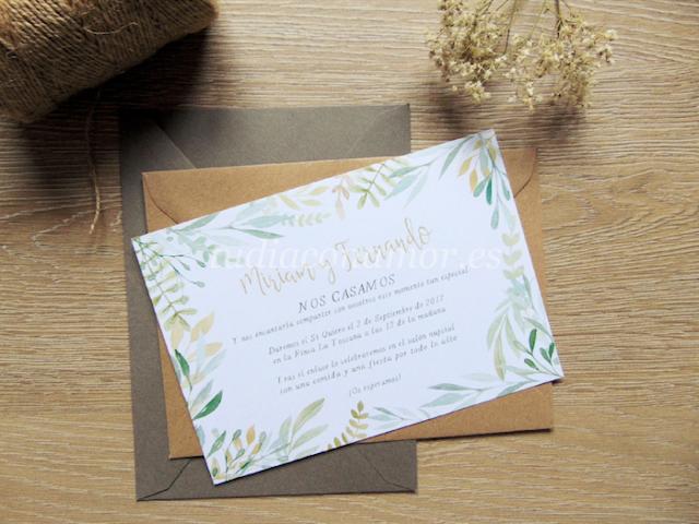 Invitaciones de boda con flores pintadas en acuarela y letras en tonos oro