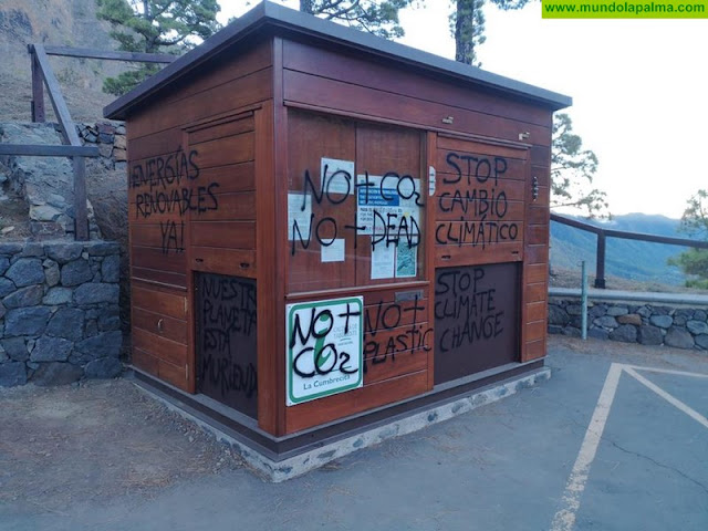 La caseta de información en el Mirador de La Cumbrecita amanece llena de pintadas