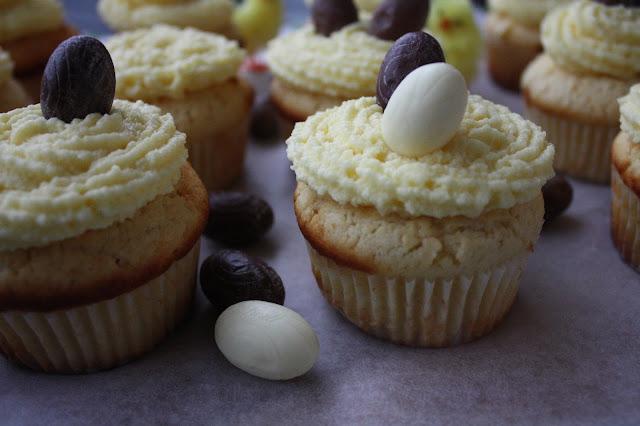 sitruunakuppikakku sitruunakuppikakut kuppikakku cupcake sitruuna pääsiäinen suklaamuna kuorrutus