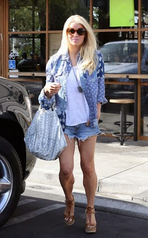 paparazzi: Jessica Simpson shows good form