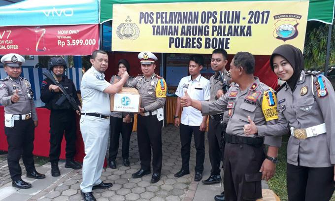 Dukung Operasi Lilin Jasaraharja Bone Bagi-bagi Bingkisan ke Posko Pengamanan