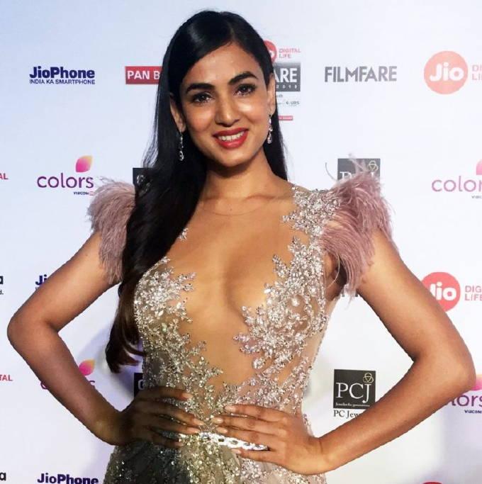 Sonal Chauhan In Hot Pink Dress At Jio Filmfare Awards