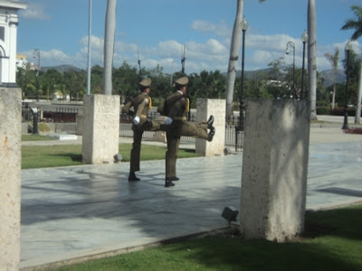Guardia de honor en el Cementerio Santa Ifigenia