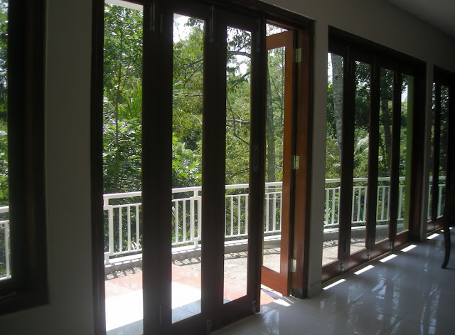 pintu rumah minimalis modern bahan kaca dan kayu geser