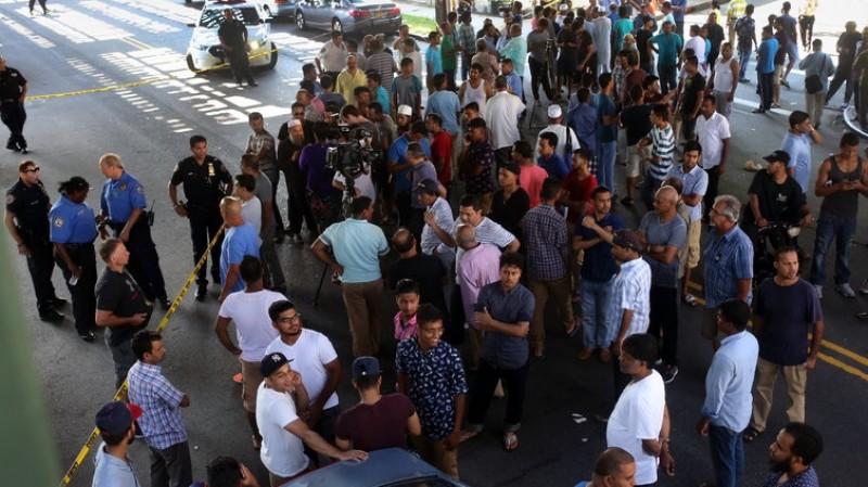 Warga berkumpul di lokasi penembakan imam masjid di New York