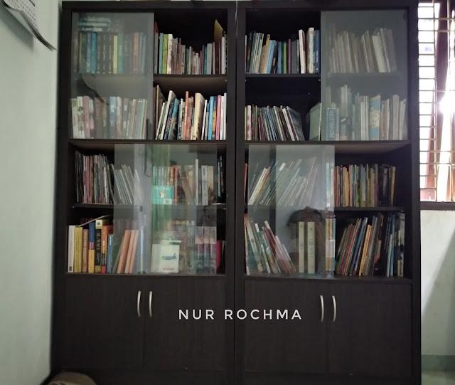 rak buku di rumah