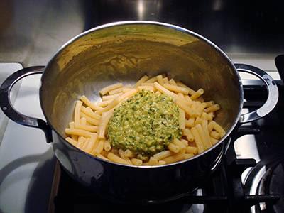 Condire la pasta con il pesto