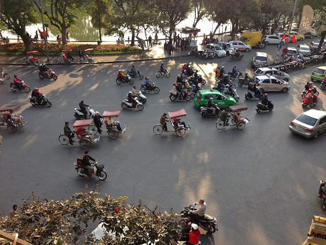 Tourists tell each other how to 'survive' when traveling by motorbike in Vietnam