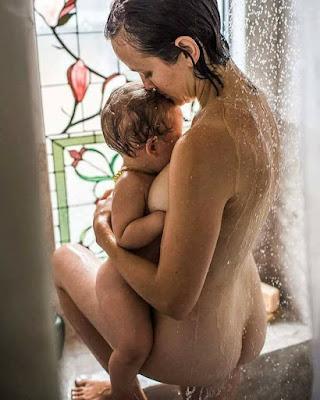 madre desnuda en la ducha con su hijo