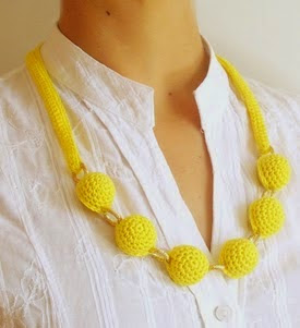 http://chabepatterns.com/free-patterns-patrones-gratis/jewelry-joyeria/crochet-beads-necklace-2-collar-de-cuentas-tejidas-2/