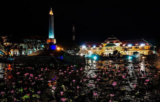 Keindahan Taman Tugu Kota Malang pada saat malam hari