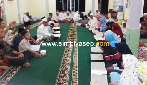 KHATAMAN AL QURAN : Para peserta Khataman Al Quran adik adik remaja Masjid Babussalam Duta Bandara Kubu Raya sedang bersiap membacakan bagian akhirnya dipimpin secara langsunhg oleh H. Ahmad Farhan, ketua Masjid Babussalam. Foto Asep Haryono