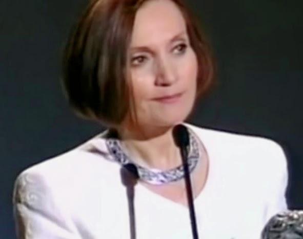 La cineasta, con su media melena y vestido blanco, ante el micrófono, sostiene su premio Goya..