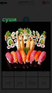 Разнообразное приготовленное суши на столе