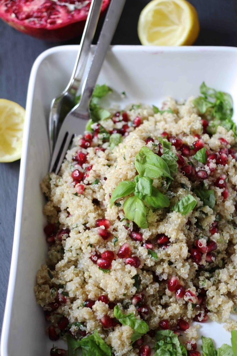 Salat aus Quinoa mit Basilikum