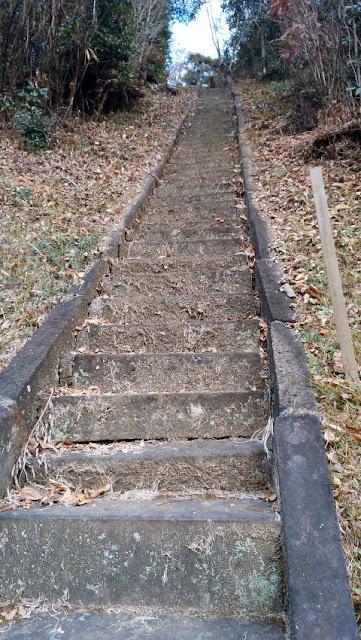 手すり無し 急な階段