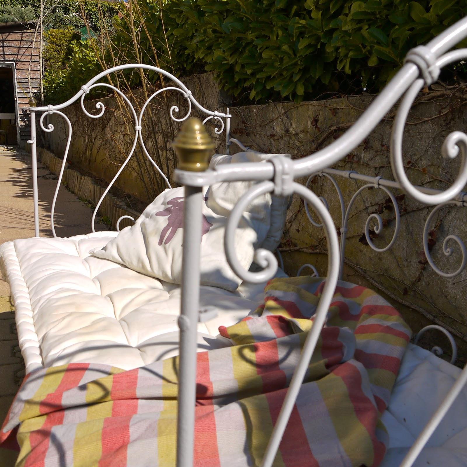 jaune moutarde lit banquette en fer forg. Black Bedroom Furniture Sets. Home Design Ideas
