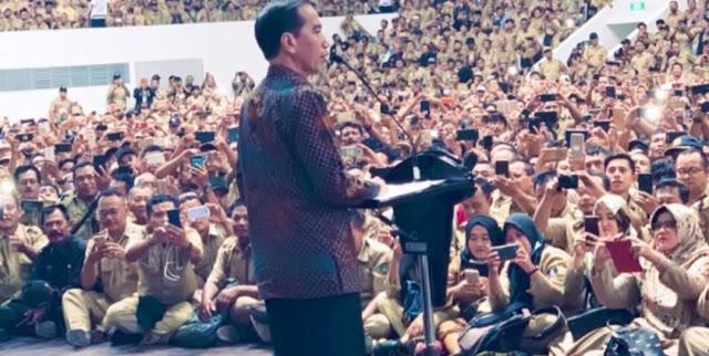 Harapan Perangkat Desa Dikabulkan, Orang Ini Sujud-sujud Saat Jokowi Pidato