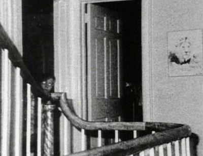 foto penampakan hantu seorang anak di dalam rumah amityville