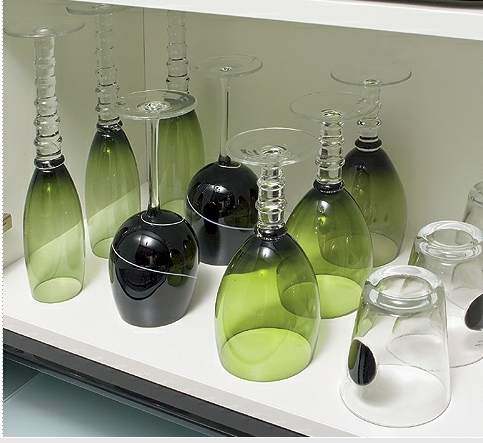 Guardar os copos numa prateleira perto do filtro é uma boa opção