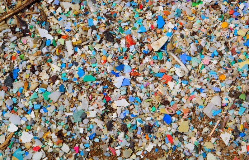 Fragmentos de plástico na praia